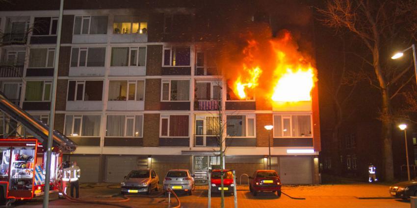 Brandweer redt bewoner uit vuurzee