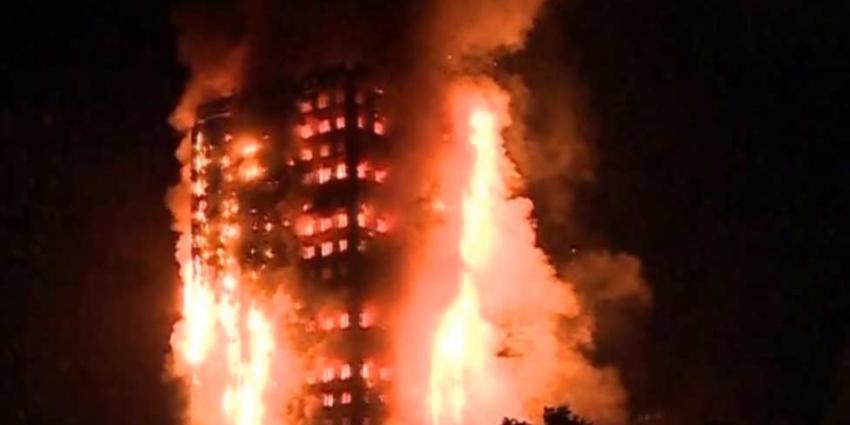 Boze menigte bestormt gemeentehuis na mega-brand Grenfell Tower