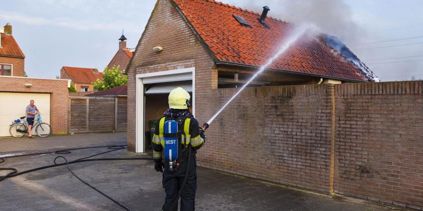 Brandweer druk met schuurbrand in Best