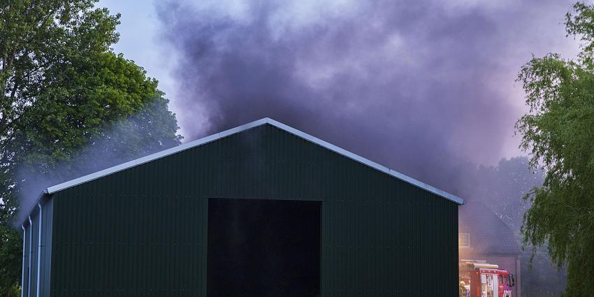 Brandweer blust brand in loods op boerderij in Schijndel