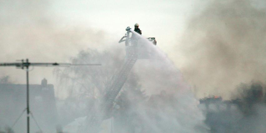 Loods met oldtimers in brand in Alphen