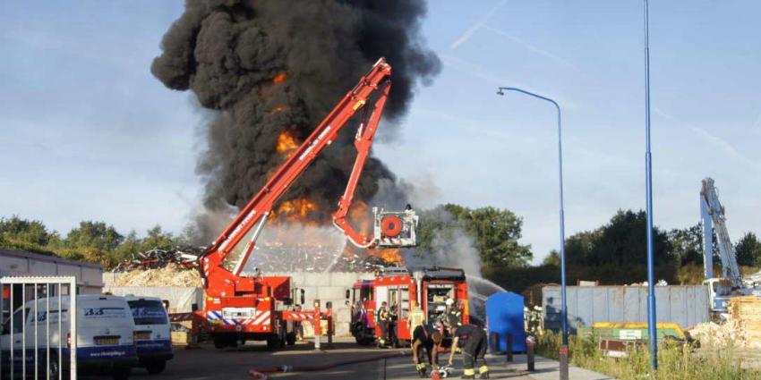 Grote brand bij afvalverwerker in Nieuw-Dordrecht