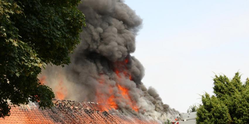 Boerderij in Drouwenerveen raakt onbewoonbaar door grote brand.