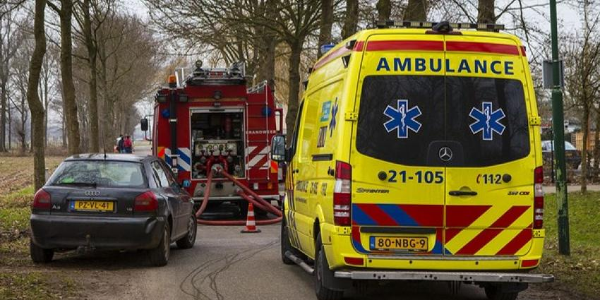 Meerdere auto's verwoest bij grote brand in loods Esch