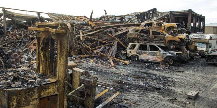 Day after: Grote brand bij autobedrijf Vlaardingen