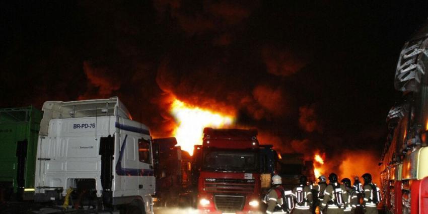 Zeker 50 trucks in brand in Schiedam