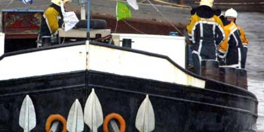 Binnenvaartschip tegen brug gevaren in Grave