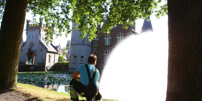 Brandweer redt vissen in vijver kasteel Stapelen in Boxtel