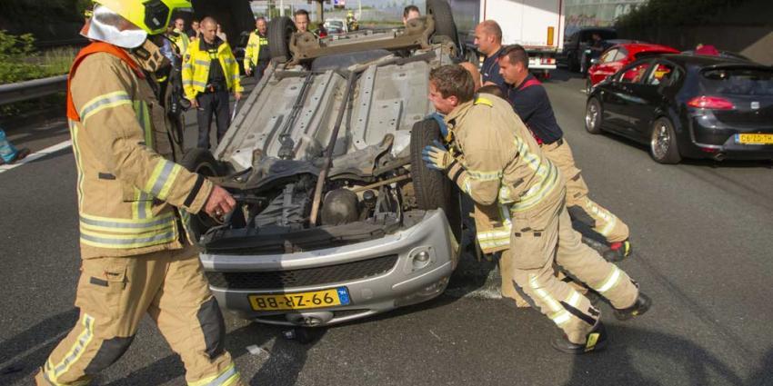 Auto belandt op de kop op A20 na aanrijding met vrachtwagen