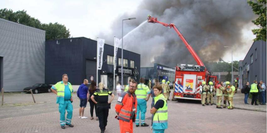 Drie gewonden, waaronder brandweerman, bij brand in garagebedrijf in Rotterdam