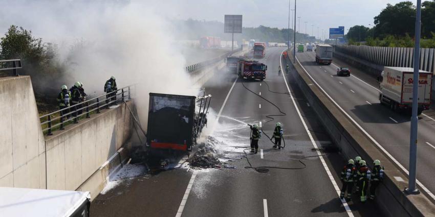 Vrachtwagen in brand op A59