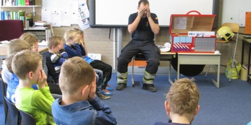 Brandweer geeft les op basisscholen