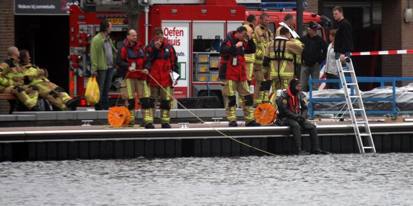 Brandweerduikers in Amstel in Uithoorn op zoek naar 'voorwerp'