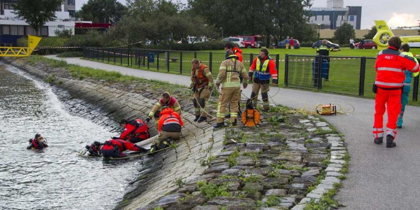 Brandweerduiker haalt vrouw uit het water in Vlaardingen