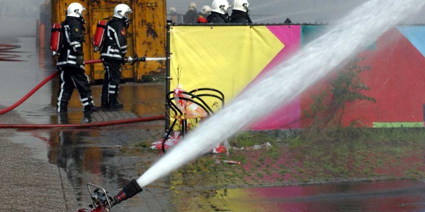 Foto van brandweerman blussen slang | Archief EHF