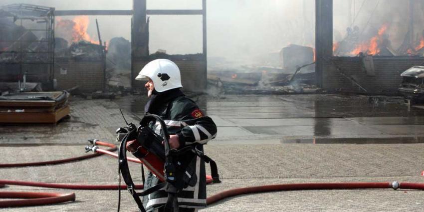 Foto van brandweerman perslucht gebouw | Archief EHF