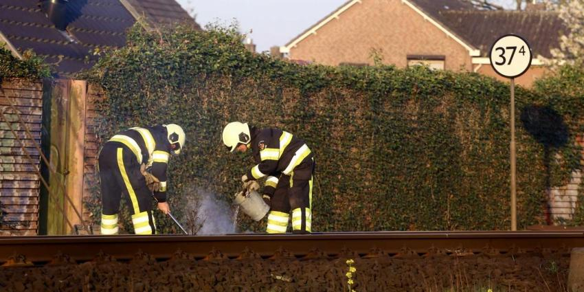 Brandweer blust brandende spoorbielzen in Boxtel