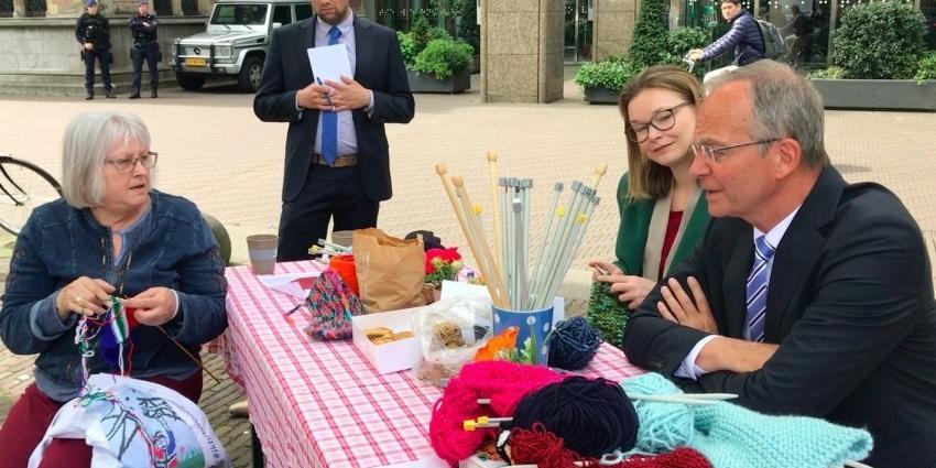 Burgemeester Slochteren breit met kunstenares Agnes Bakker voor einde aan gaswinning