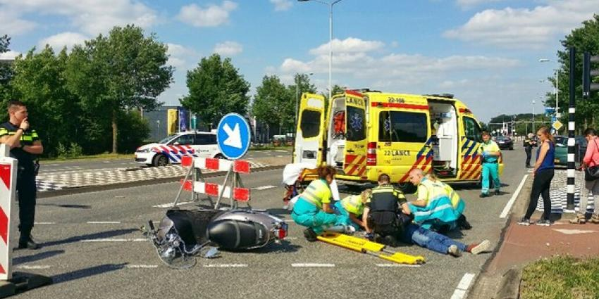 Bromfietser zwaargewond na botsing met auto