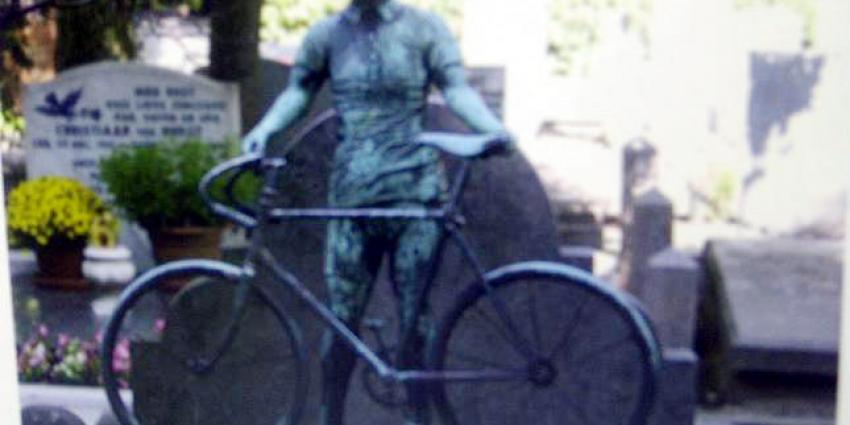Tientallen bronzen voorwerpen van begraafplaats gestolen