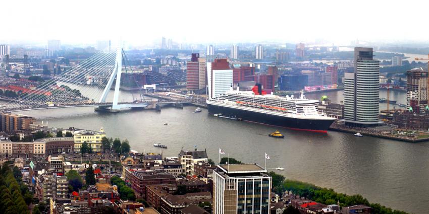 Watertaxi en roeiboot botsen op Nieuwe Maas