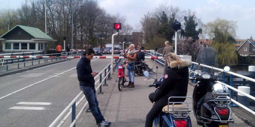 foto van brug N201 over de Amstel