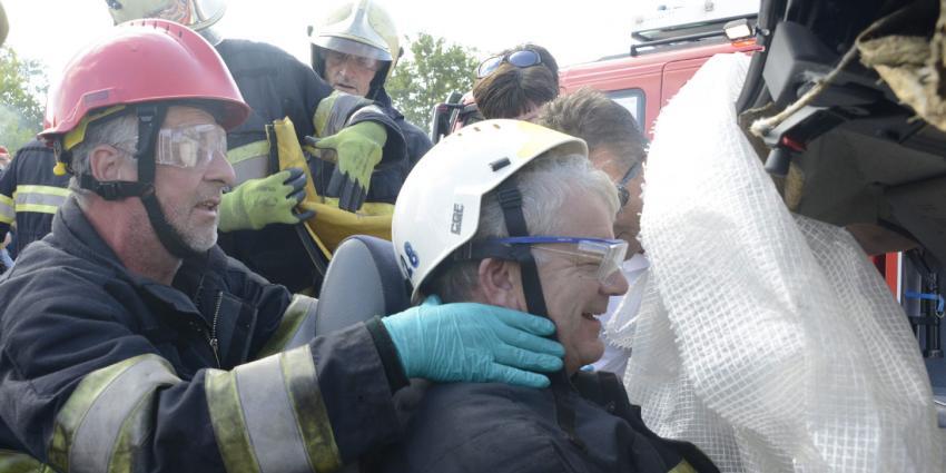 Brandweer bevrijdt Utrechtse burgemeester uit autowrak