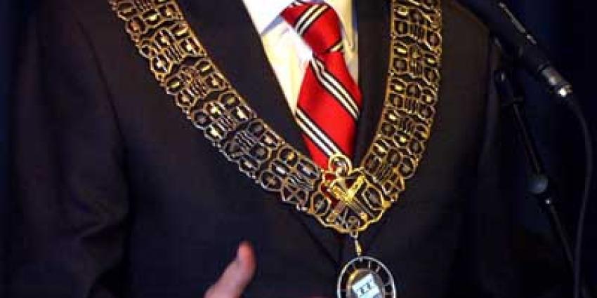 Oud-burgemeester Ommen beboet voor diefstalF