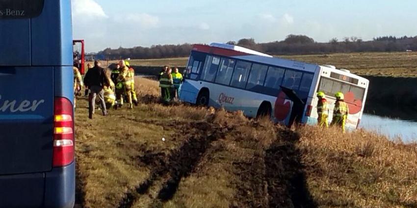 Lijnbus belandt in berm A7 bij Terwispel