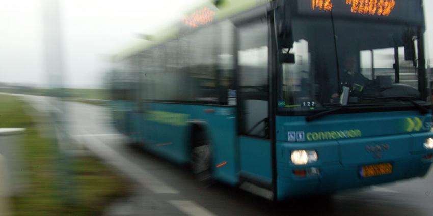 Lijnbus met scholieren belandt in sloot