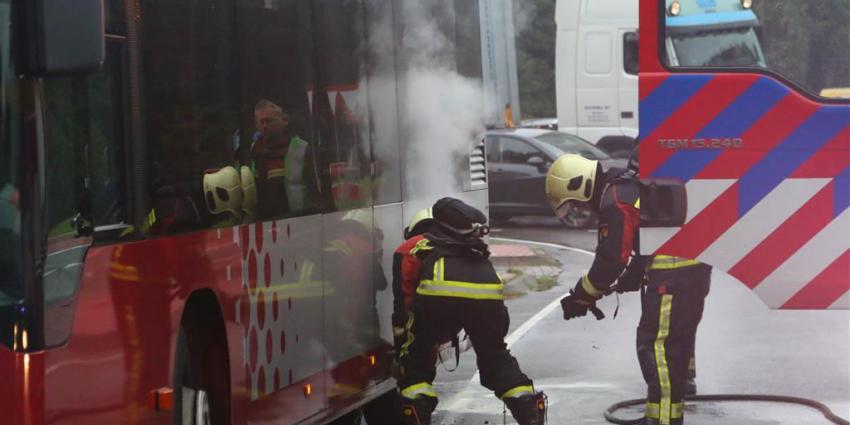 Passagiers op de vlucht voor brand in bus