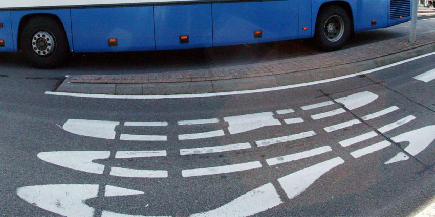Man komt om bij aanrijding met bus in Oude-Tonge