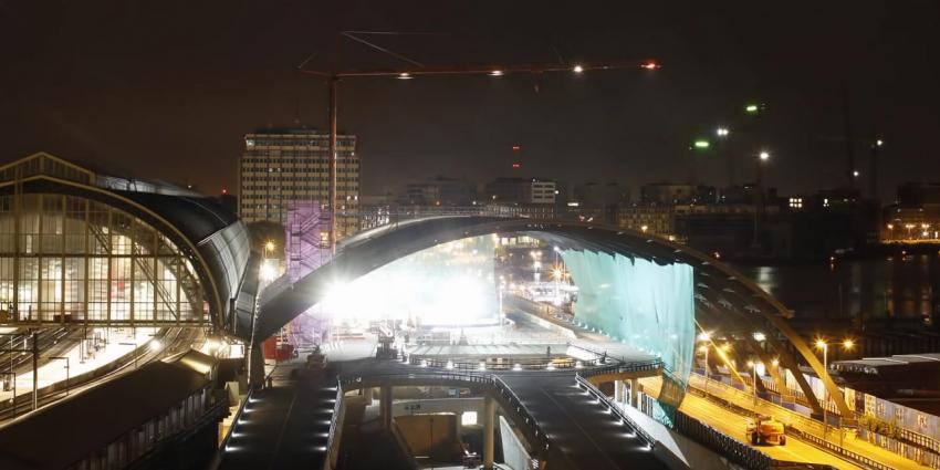 Nieuwe overkapte busstation achter Amsterdam CS geopend