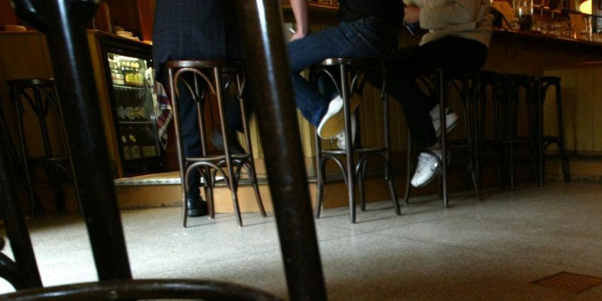 Man dreigt cafébezoekers neer te schieten