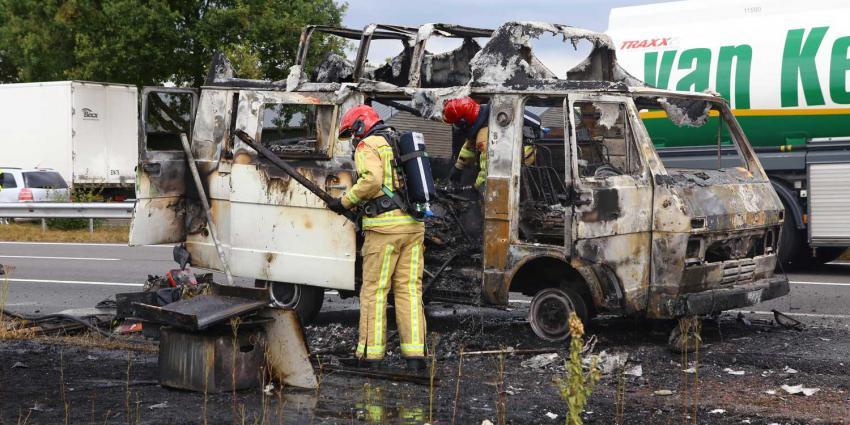 Slecht begin van vakantie, camper volledig afgebrand op vluchtstrook