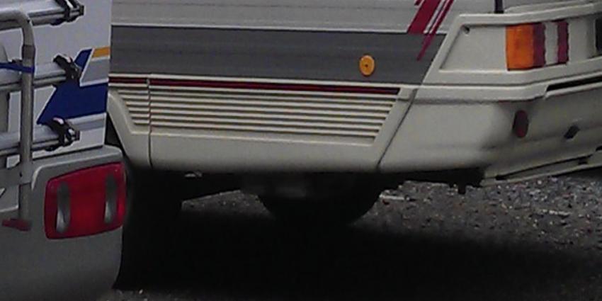 Camper raakt van de snelweg na verkeersconflict