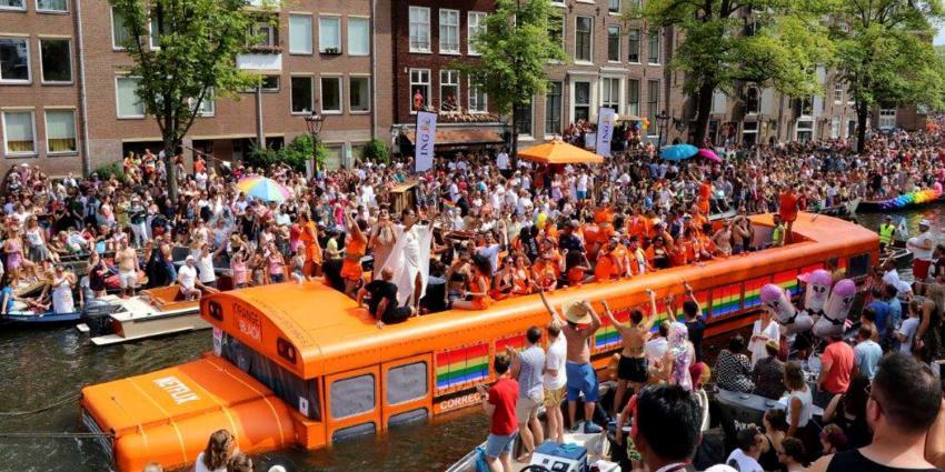 Drukte in Amsterdam voor kleurrijke Canal Parade