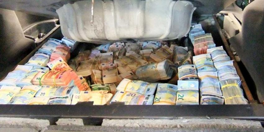 Man (30) rijdt rond met ruim drie ton aan verstopte cash in kofferbak
