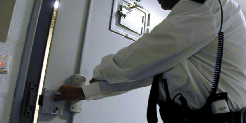 Foto van bewaker bij celdeur | Archief EHF