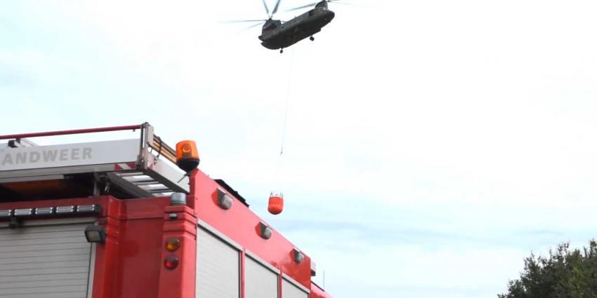 Brandweer krijgt hulp van defensiehelikopter bij blussen brand afvalverwerker