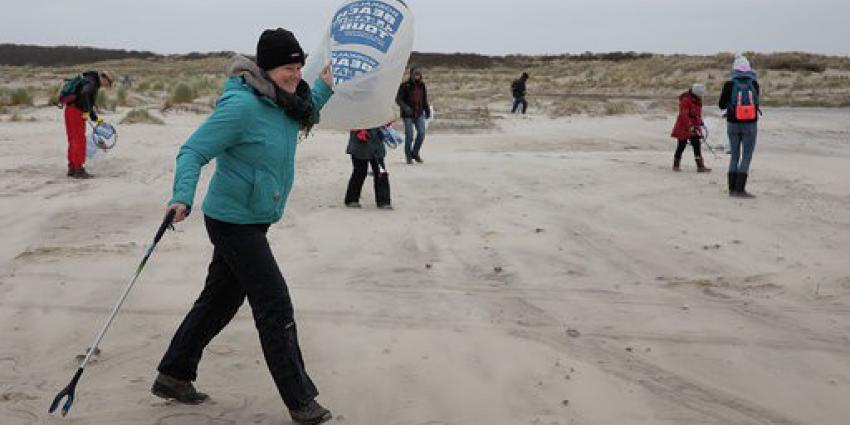 Opruimactie Containerramp Cleanup ruimt met meer dan 100 vrijwilligers strand van Terschelling op