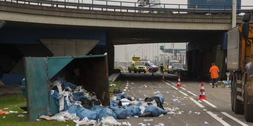 Vrachtwagen ramt viaduct en verliest vuilcontainer