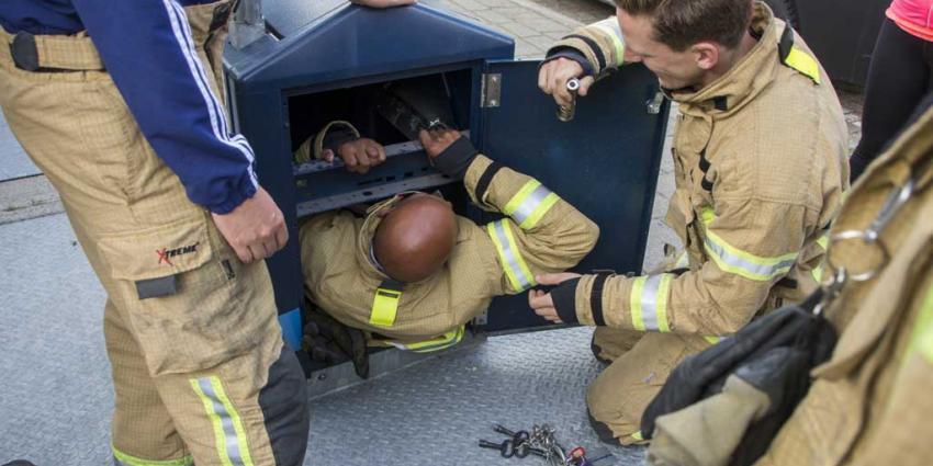 Brandweerman klimt in ondergrondse container voor verloren pinpas