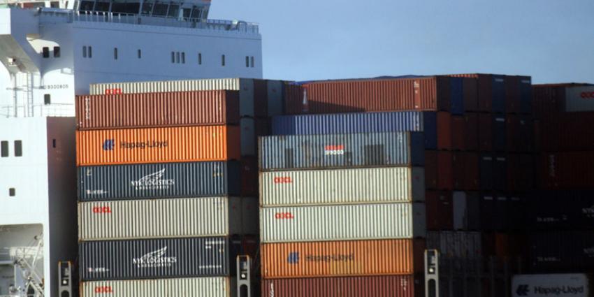 Tientallen containers vallen van schip in Rotterdamse haven