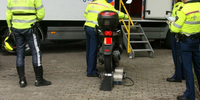Politieagenten belaagd bij scootercontrole