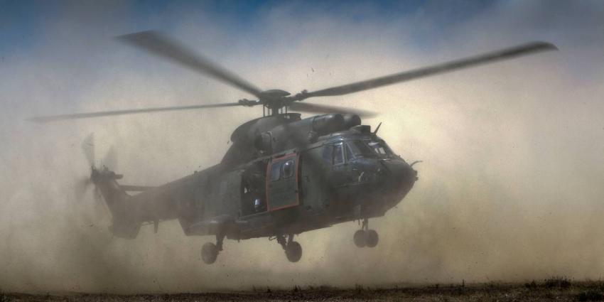 Militair valt uit helikopter tijdens oefening op vliegbasis
