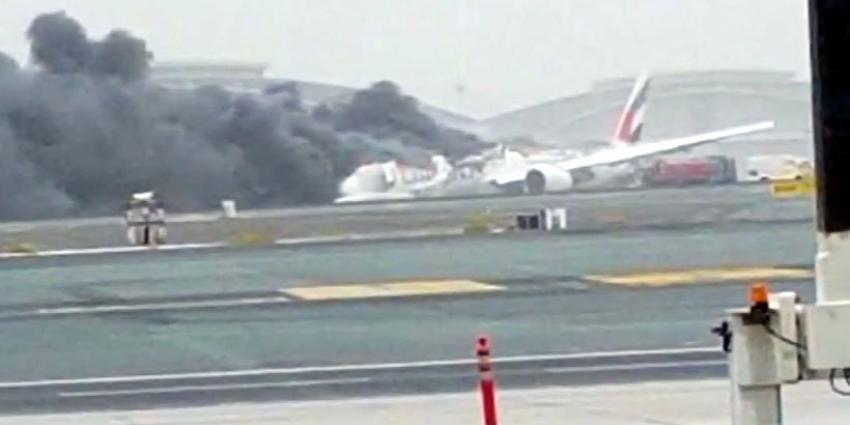 Boeing 777 crasht en vliegt in brand op luchthaven van Dubai