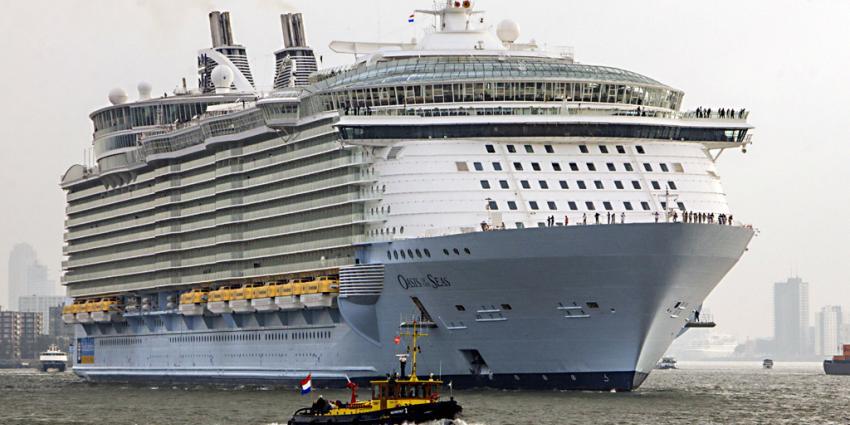 Mega passagiersschip ter wereld aangemeerd in Rotterdam