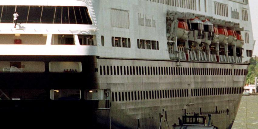 Koningin Máxima doopt cruiseschip ms Koningsdam in Rotterdam