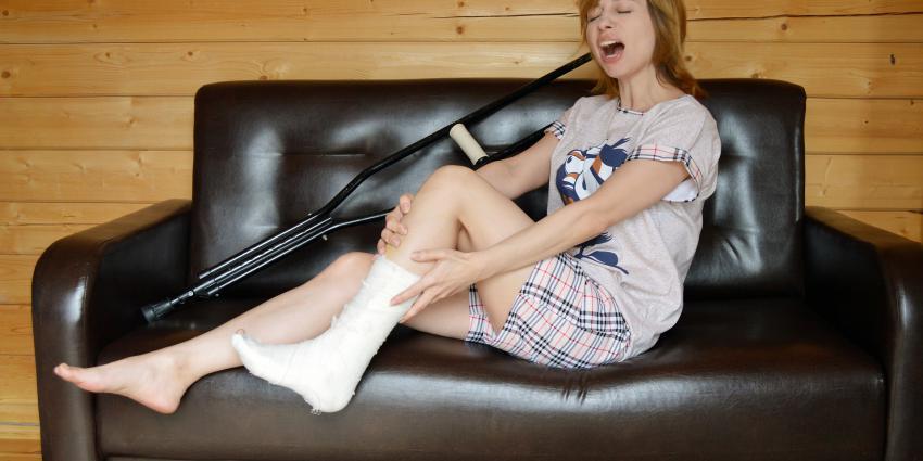 Vrouw met been in het gips